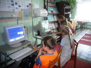 У компьютеров в сельской библиотеке.