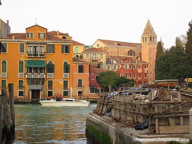 Свалка на берегу венецианского канала