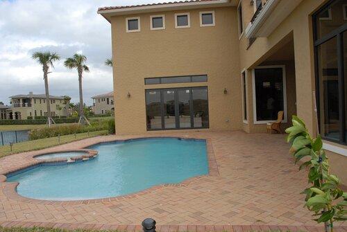 Флорида. Хороший дом у пруда.