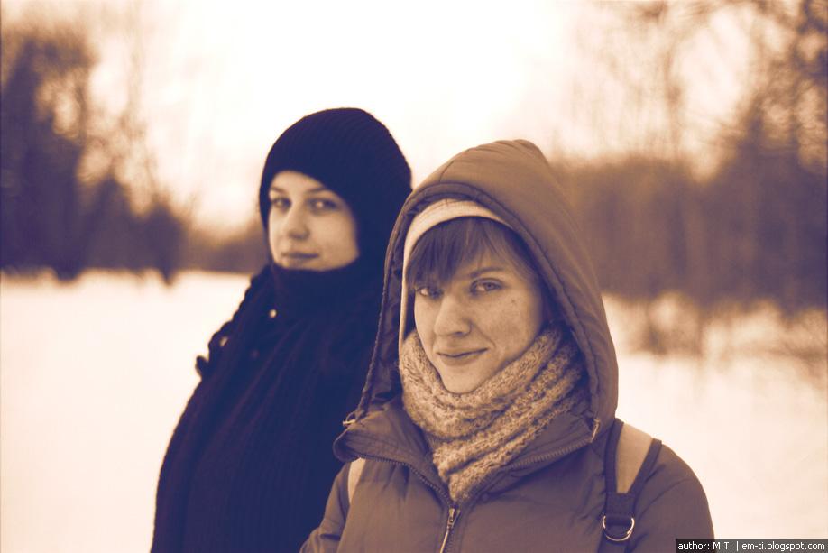 Катя и Маша в зимнем лесу.