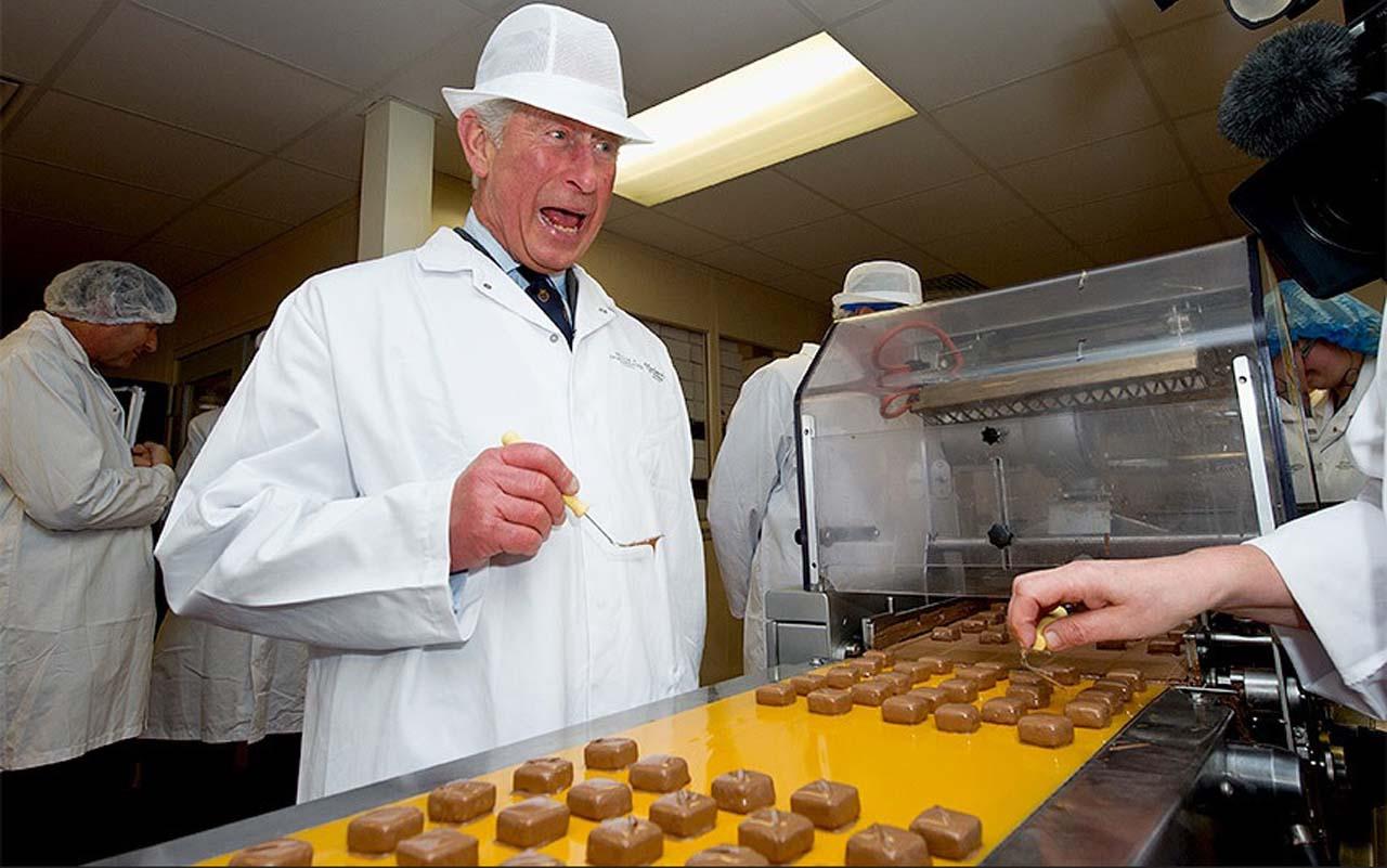 Принц Чарльз завершает вид шоколадов. Паундбери, Дорсет