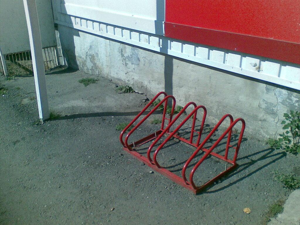 Златоуст. Стоянка для велосипедов и красно-белого магазина )