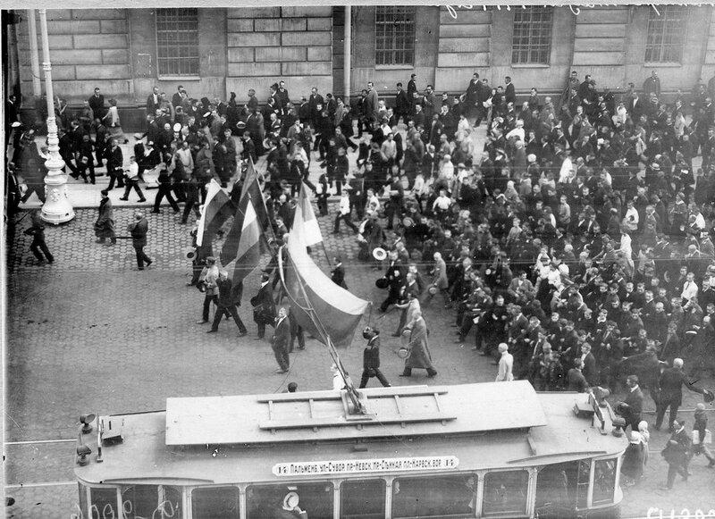 Манифестанты возвращаются по Невскому проспекту (мимо Императорской Публичной библиотеки) после оглашения манифеста об объявлении войны Германии.