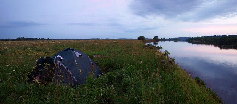 Палатка на острове на Вятке во время заката. Панорама.