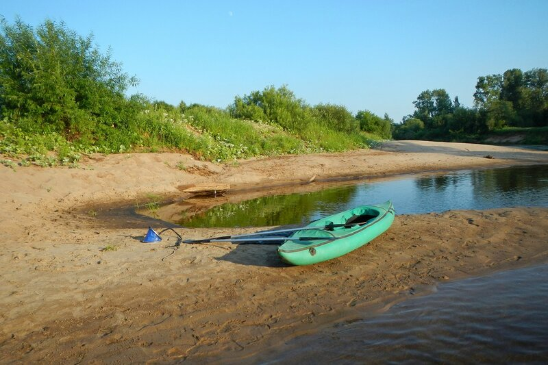 Надувная байдарка на песчаной косе на берегу реки Белая Холуница