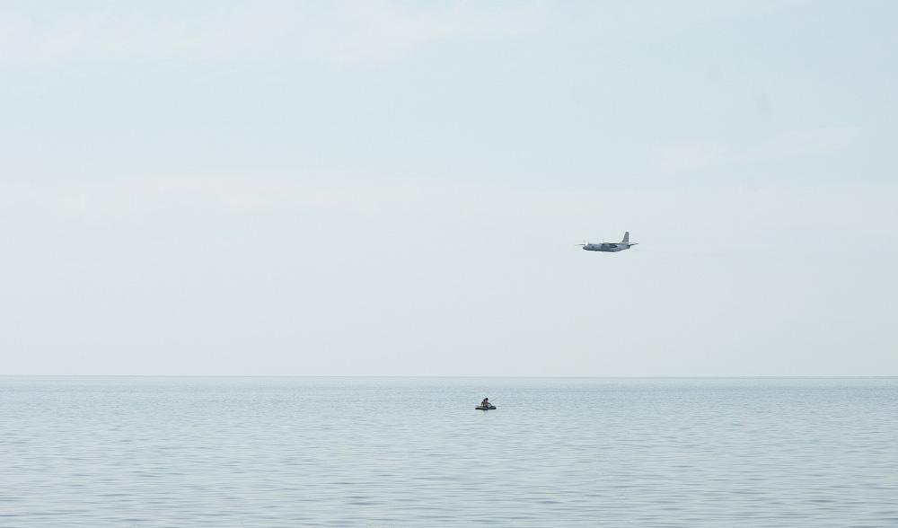 Самолет над водой
