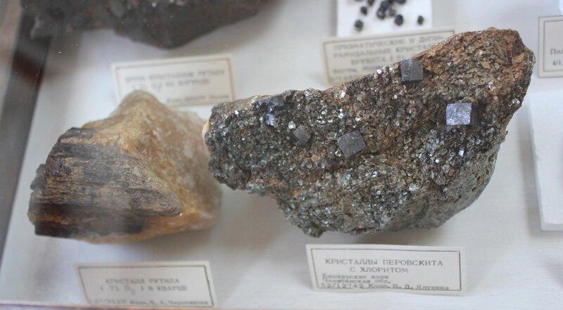 Кристалл рутила в кварце; кристаллы перовскита с хлоритом