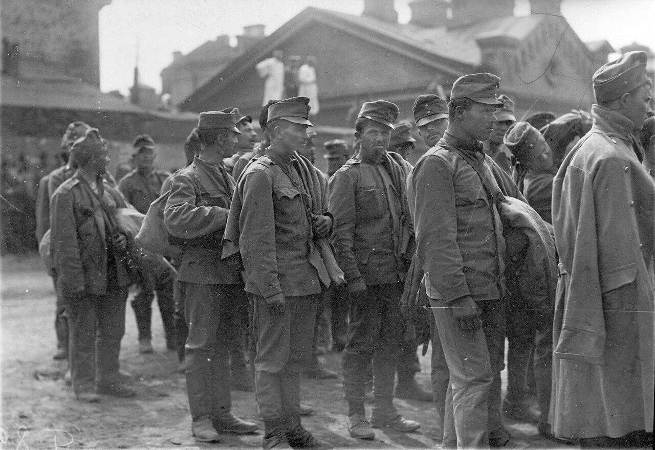 21. Группа австрийских военнопленных у Калашниковской пристани