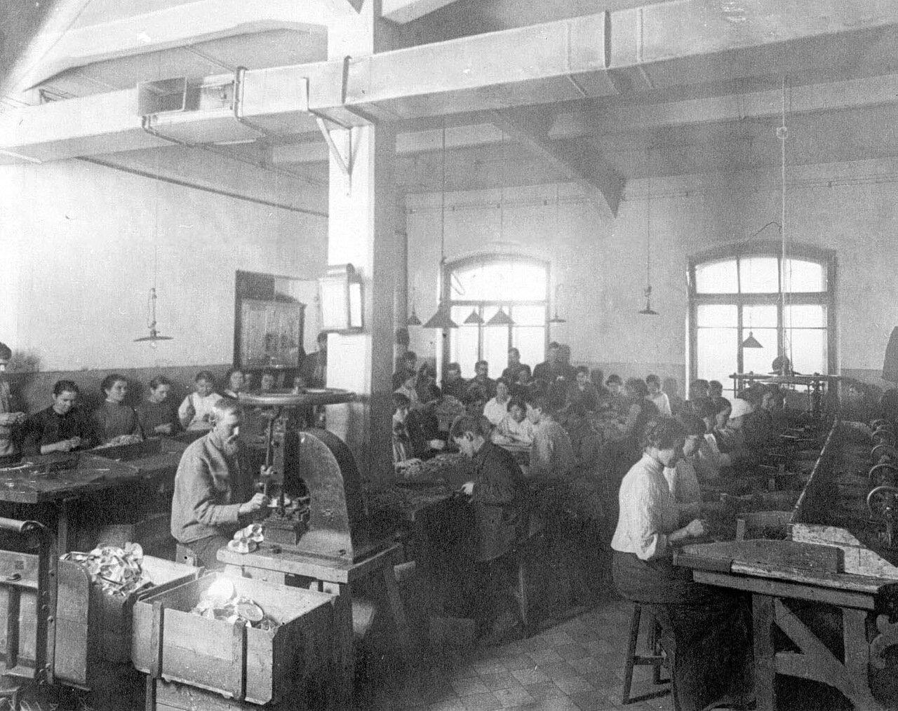 14. Рабочие фабрики за изготовлением гранат. 1916