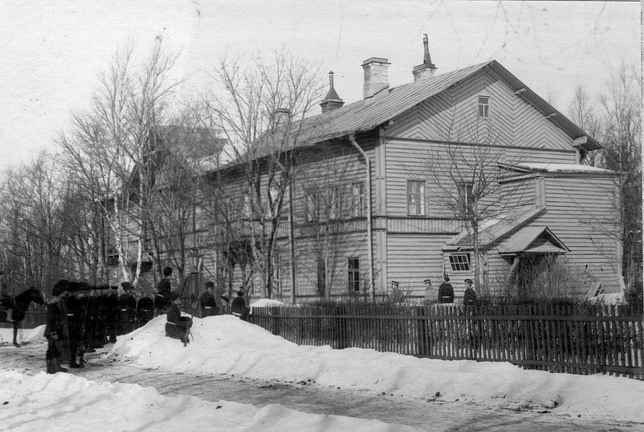 30. Взвод лейб-гвардии Гренадерского полка у здания штаба бригады во время учений. 1908