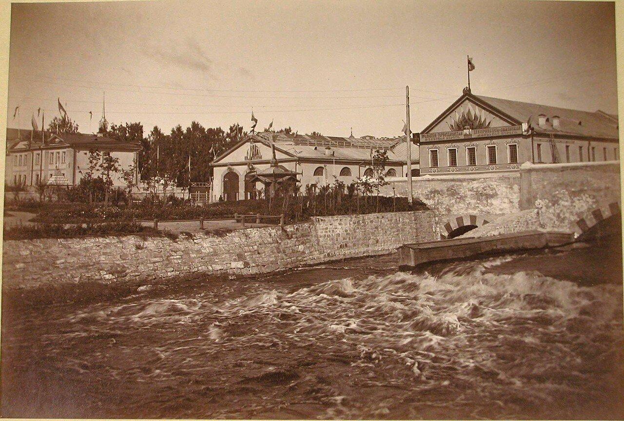 04. Вид павильонов выставки на берегу реки