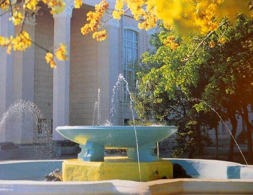 фонтан у театра, фото Гильман, 1998 г