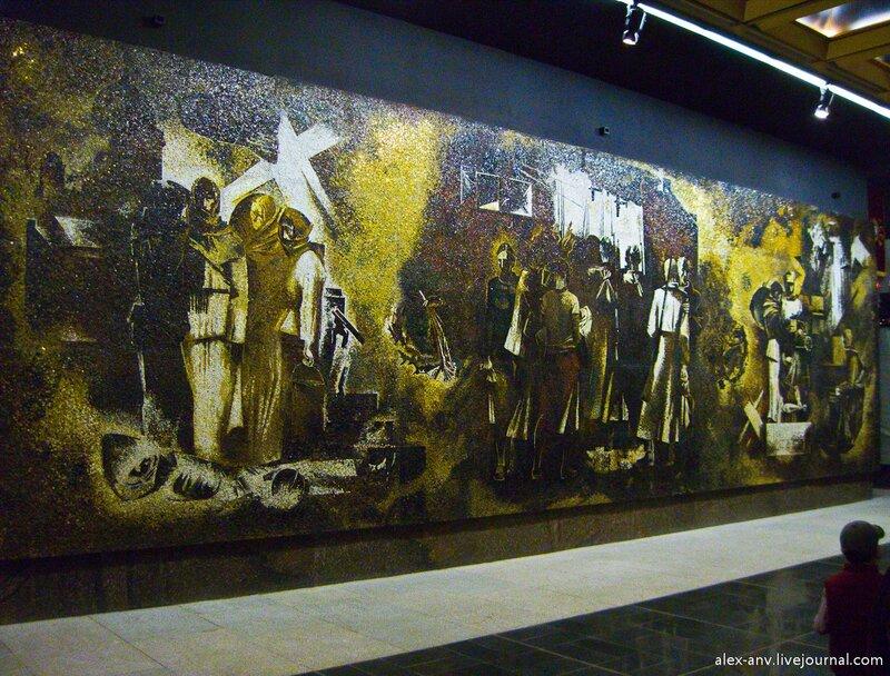 На одной стене зала размещена огромная мозаика Блокада.