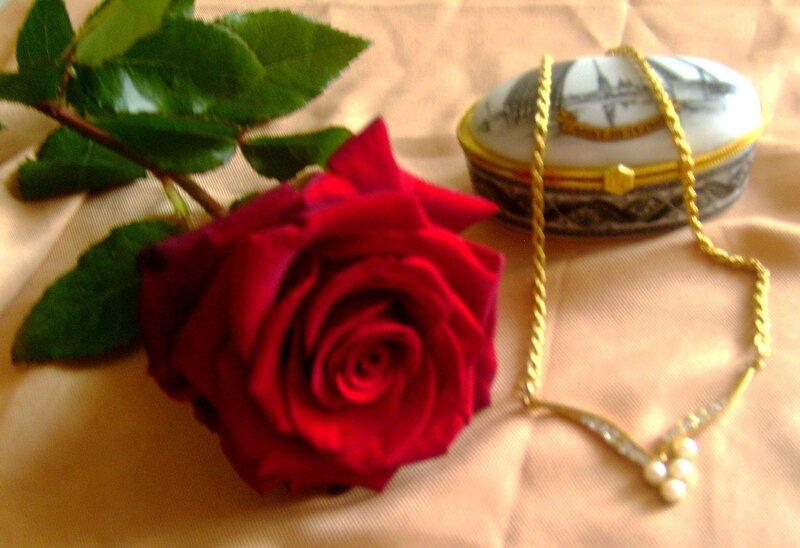 Пунцовой розы аромат...
