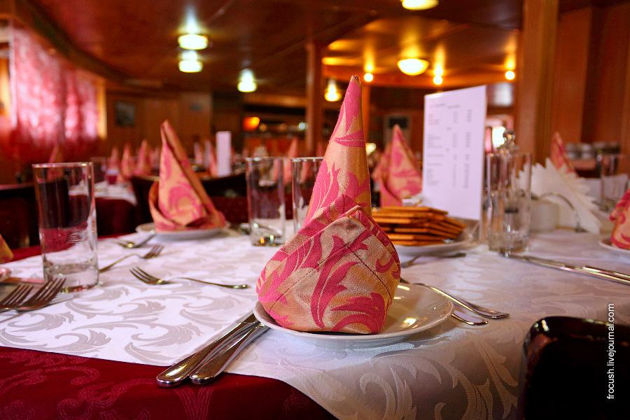 Ресторан-бар в носовой части главной палубы теплохода «Карл Маркс»