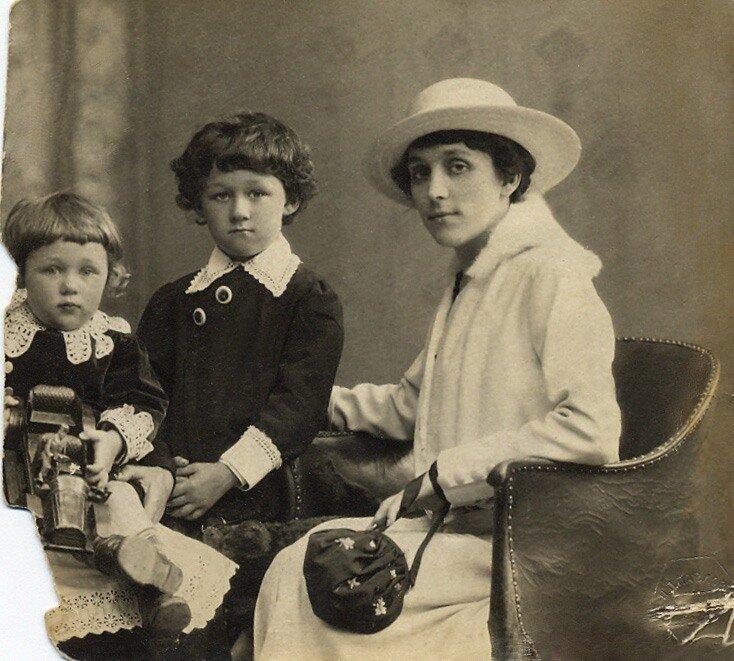 Ольга Конская с сыновьями Гришей и Алешей. 1916 год.