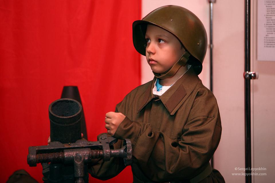 В зале, посвященном Великой Отечественной войне, посетители могли переодеться в военную форму тех лет. Акция «Ночь в музее» в Волгоградском областном краеведческом музее.
