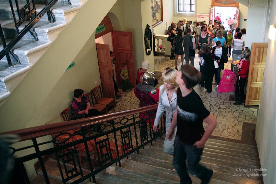 Внутри было довольно много людей, и уже становилось жарковато. Акция «Ночь в музее» в Волгоградском областном краеведческом музее.