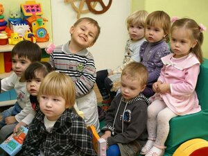 В строящемся детском саду «Золотой ключик» во Владивостоке рабочие устанавливают игровые площадки