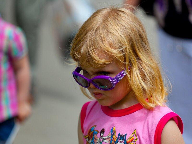девочка ребенок сердитый очки