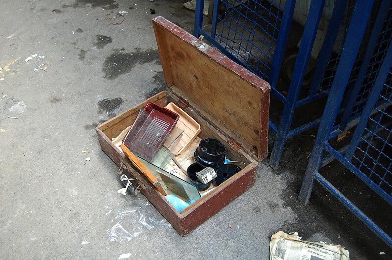 чемодан на мусорнике