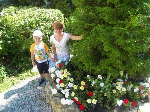Простые радости лета. Максим, бабушка и клумба )))