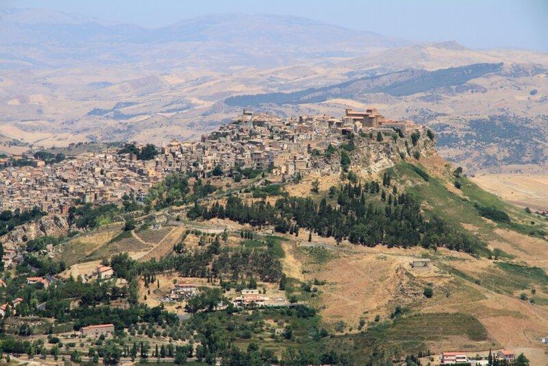 Сицилия, Энна, вид на Calascibetta