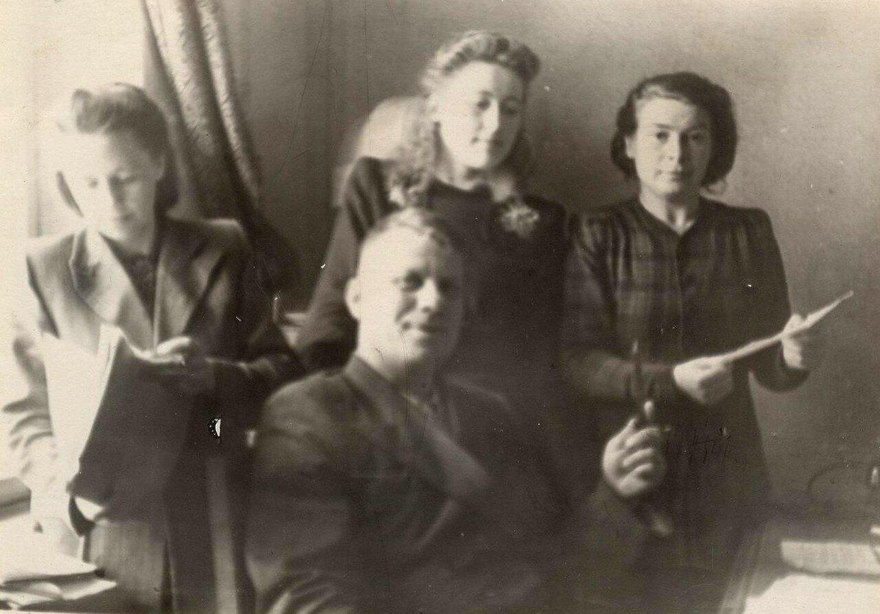 1950-е. Главый арбитр Брянска Лычев Федор Петрович с сотрудницами