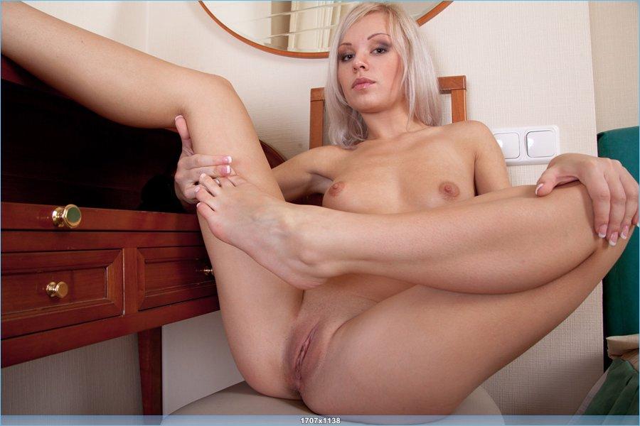 Эротика сексуальной блондинки напротив зеркала