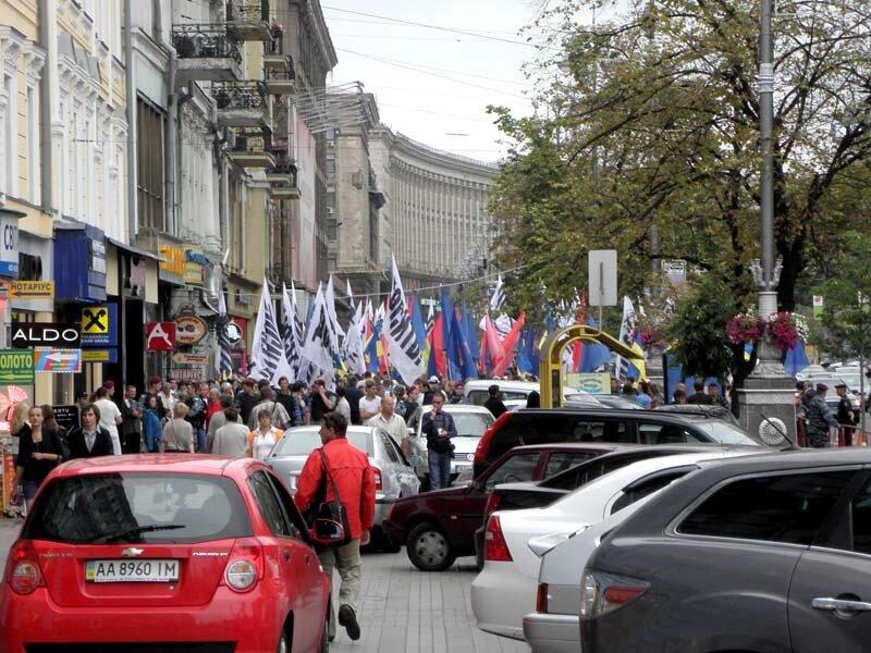 Тротуар на Хрещатике перекрыли революционеры