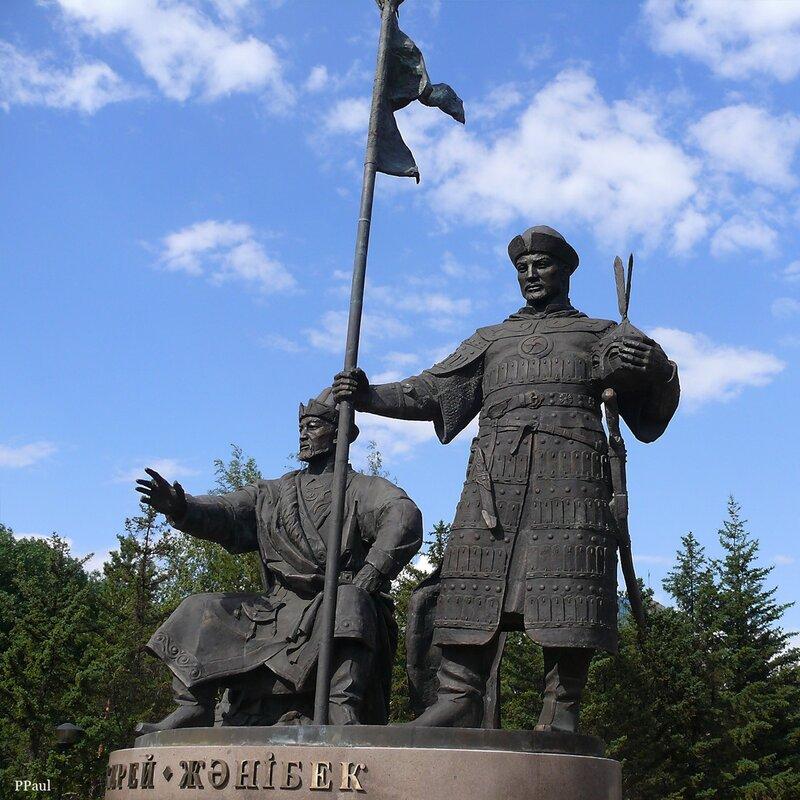 казахские ханы Жанибек и Керей на памятнике, установленном 1 июня 2010 у здания Музея первого президента в Астане