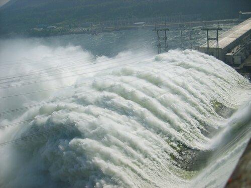 Сброс воды на Красноярской ГЭС в 2006 году