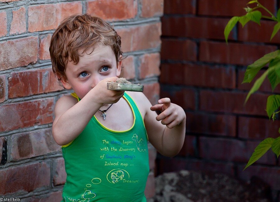 мальчик ребенок песок совок