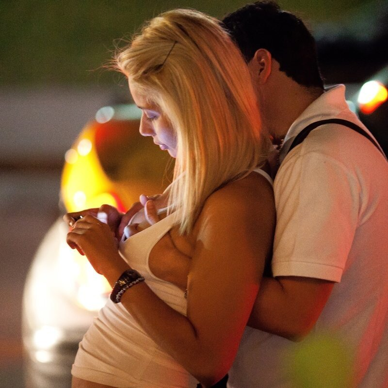 мужчина трогает женскую грудь фото