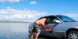 Люди нарушают закон и моют автомобили на берегу Днестра