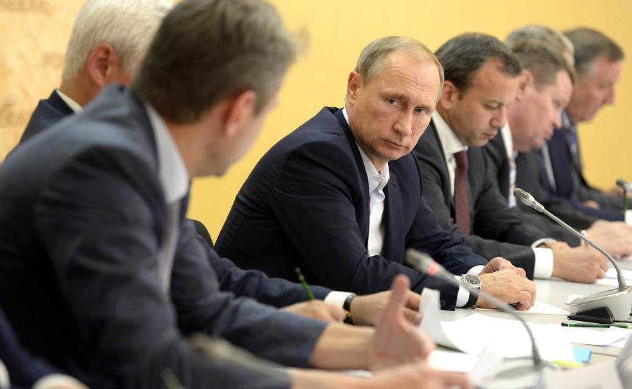 Путин смотрит на Ткачева во время совещания по сельскому хозяйству, 24.09.15.png