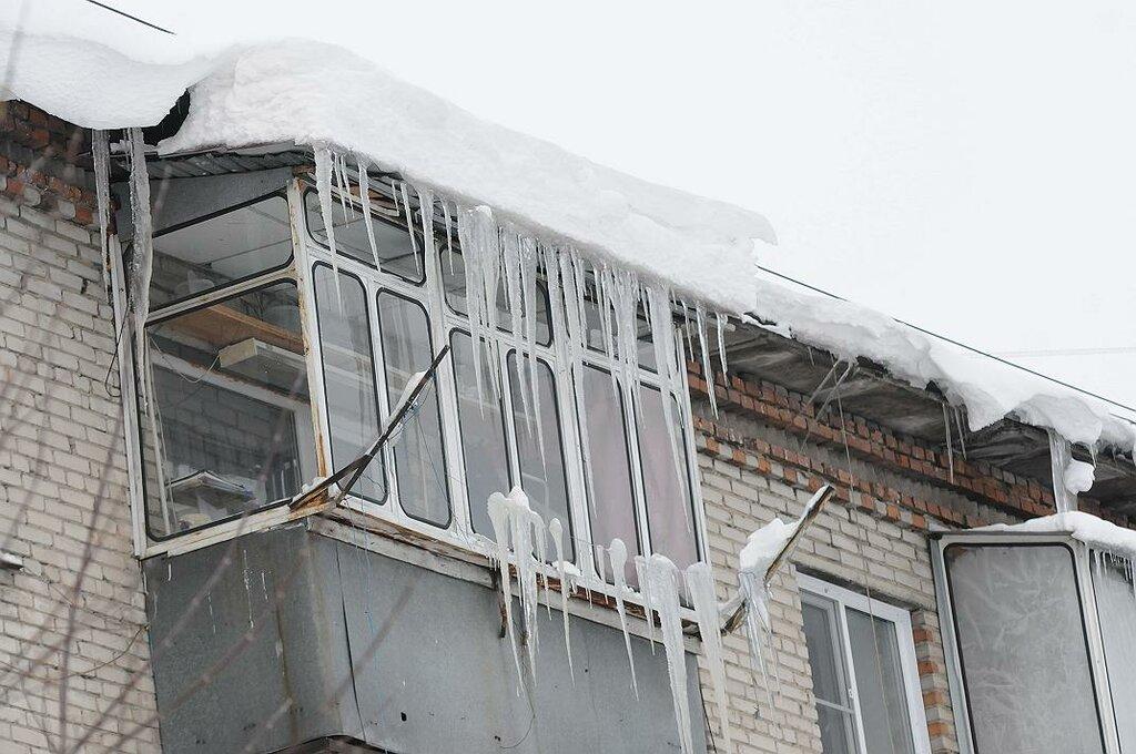 Снег на крыше балкона..