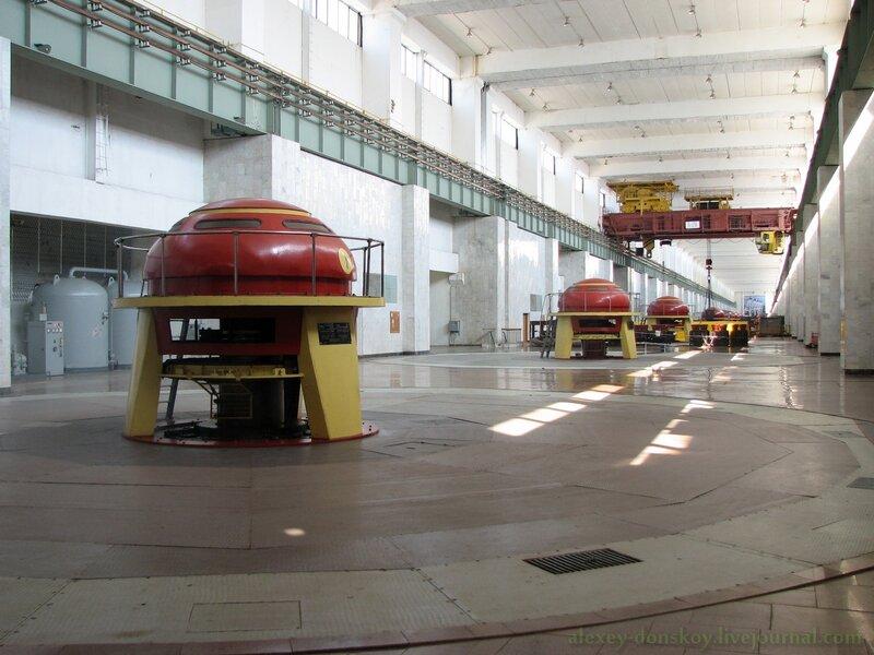 Машинный зал (видны верхушки гидрогенераторов)