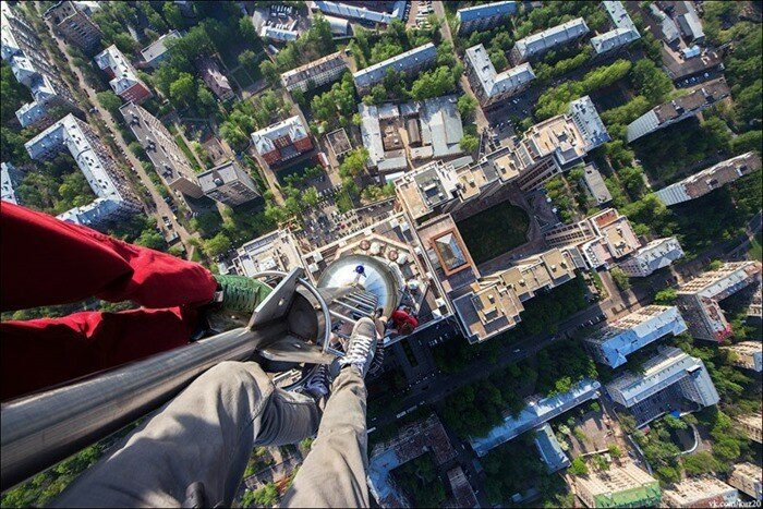 Иван Кузнецов смотрит с огромной высоты вниз
