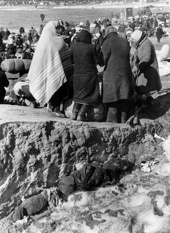 Эвакуируемые ленинградцы и трупы умерших от голода в порту Кобона