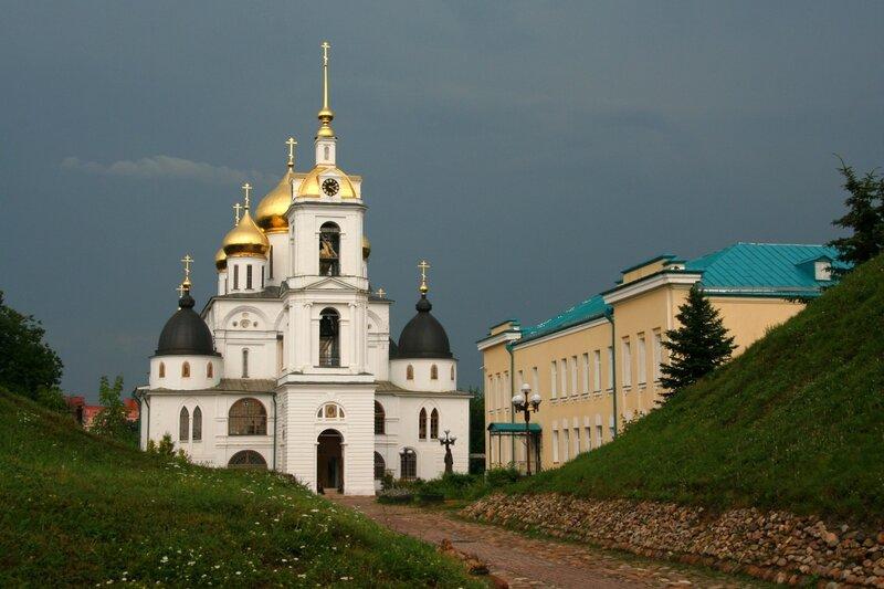 Дмитровский кремль, Успенский собор и здание гимназии