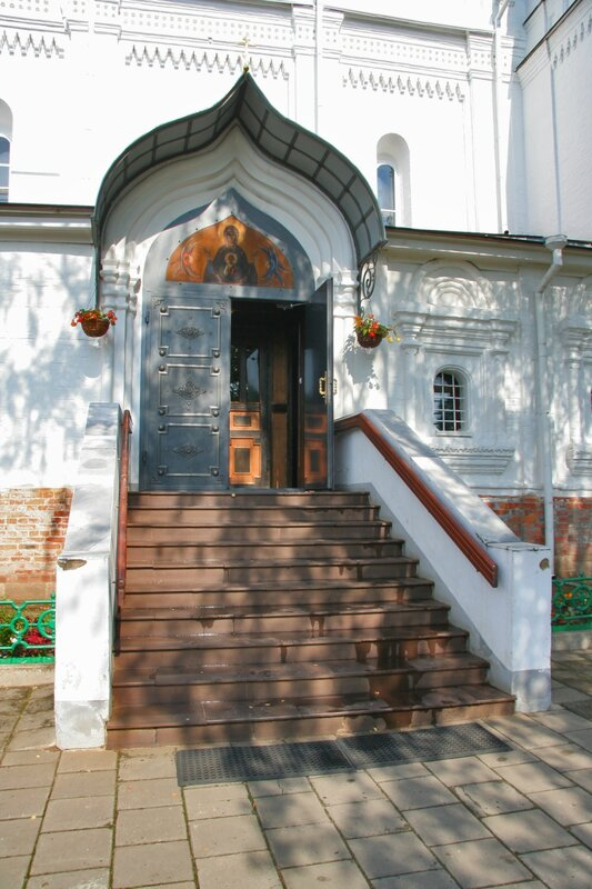 Дмитров, Борисоглебский монастырь, Вход в собор Бориса и Глеба