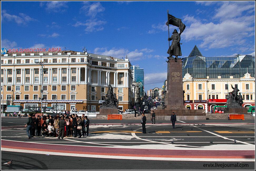 Центральная площадь города украшена богатым памятником борцам за власть Советов.