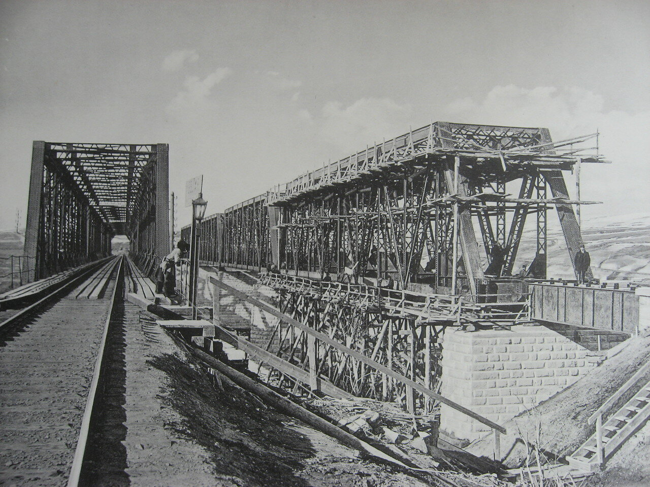 85. 2985 верста. Сборка фермы Ачинского пролёта моста под второй путь через р. Белую. Строительный период 1910-1911