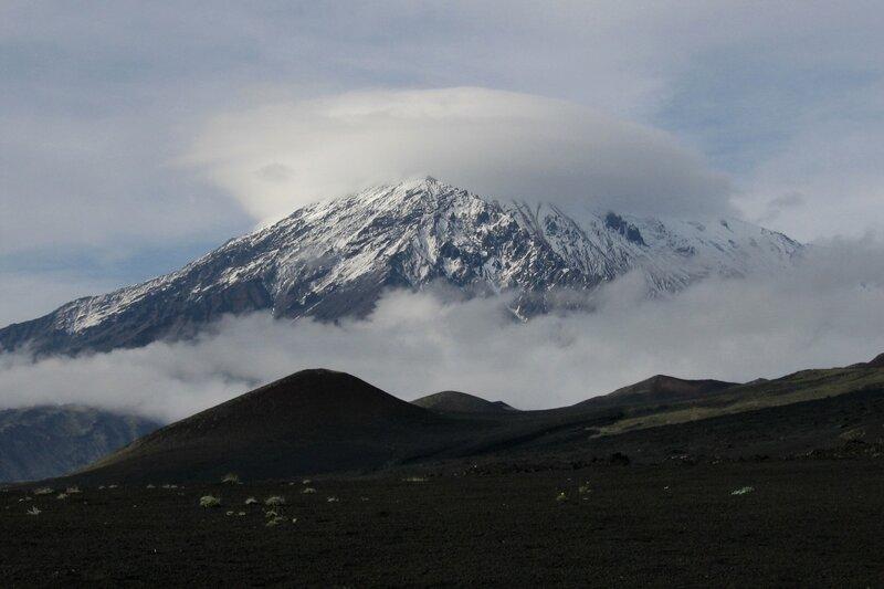 Облако на вершине Острого Толбачика, Камчатка
