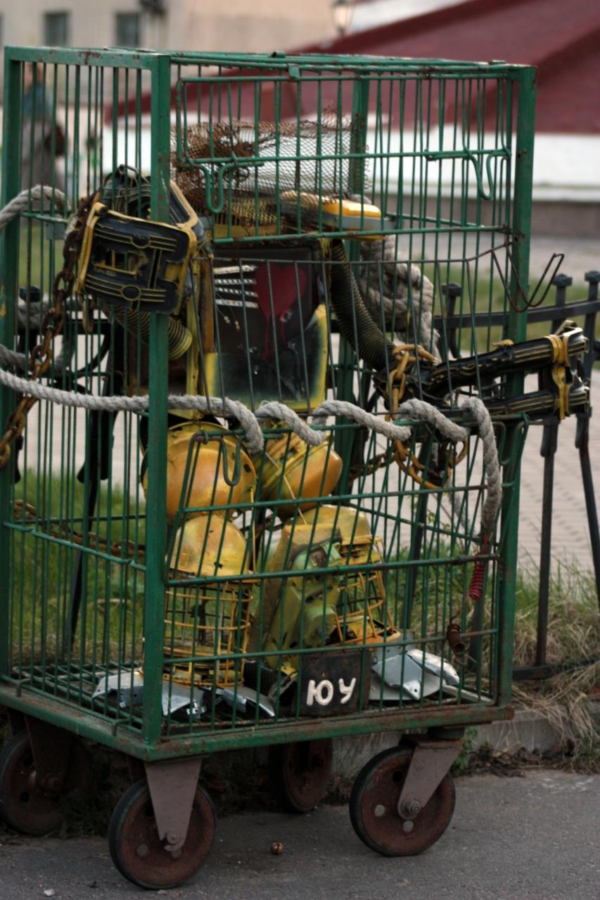 робот - скульптура из мусора