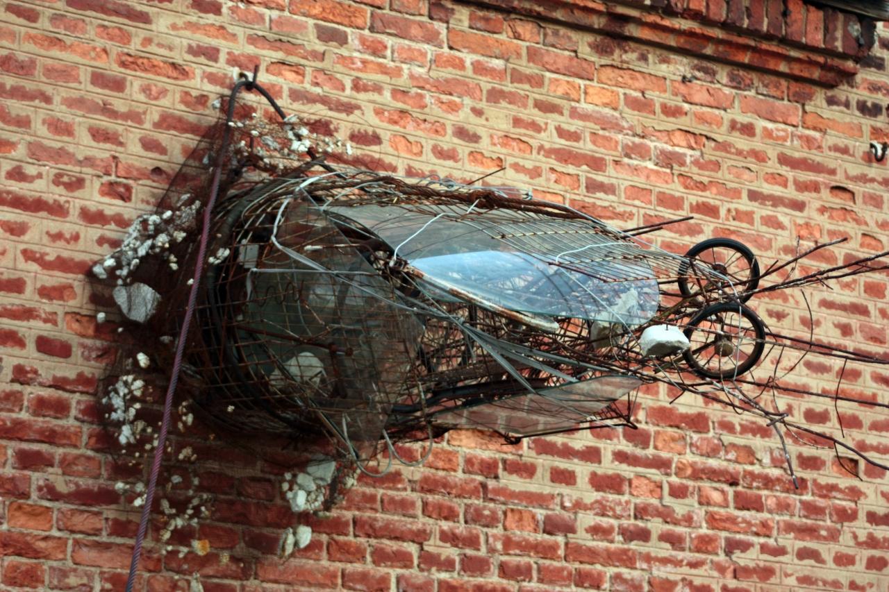 скульптурная композиция из мусора