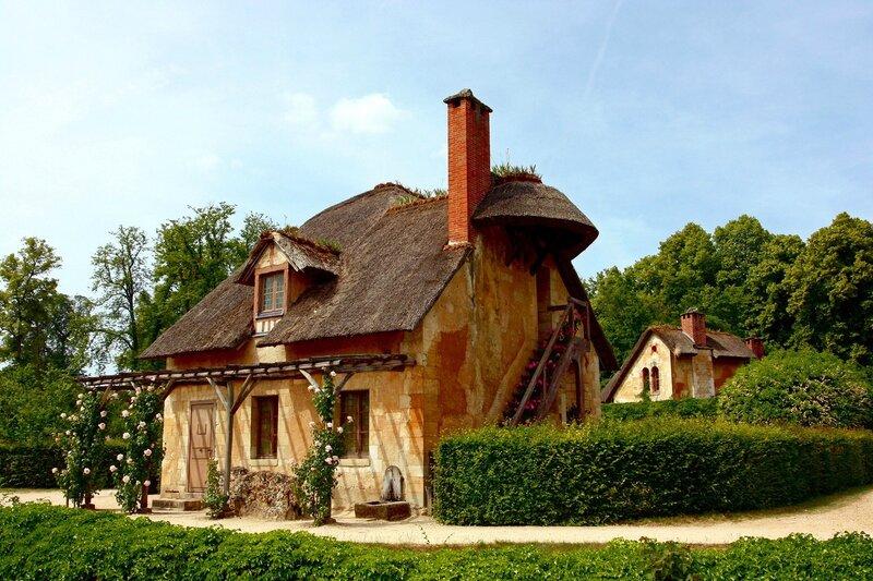 Построили двенадцать типичных деревенских домиков и поселили туда крестьян, разместили и ферму с... красота. деревня...