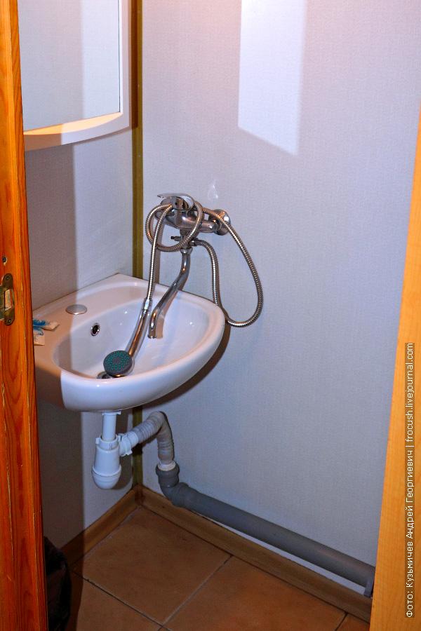 умывальник и душ каюты №111 на главной палубе теплохода «Космонавт Гагарин»
