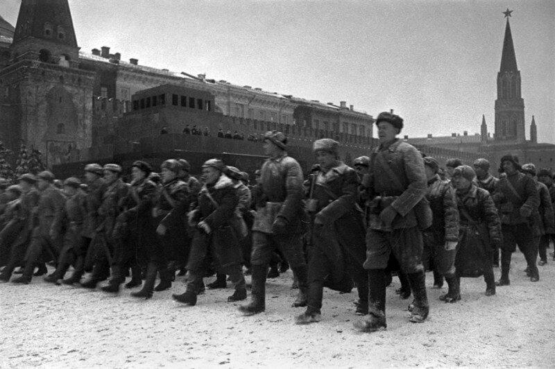 17 Парад 7 ноября 1941 г на Красной площади. Народное ополчение.jpg